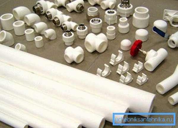 Детали будущей водопроводной системы из сшитого полиэтилена