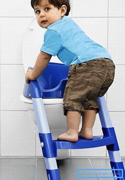 Детский стульчак со ступенькой облегчает ребенку использование унитаза