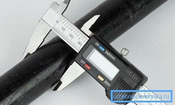 Диаметр труб малого диаметра несложно измерить обычным штангенциркулем.