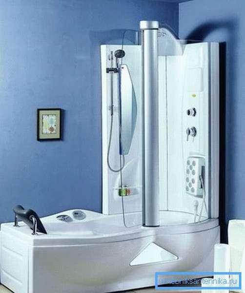 Дизайн маленькой ванной с душевой кабиной-ванной смотрится довольно интересно и необычно