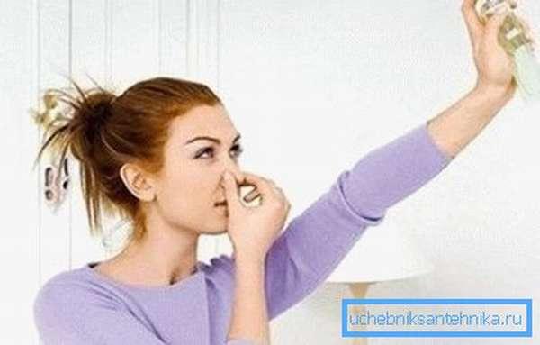 Для борьбы с неприятными запахами в туалете можно использовать самодельные освежители воздуха