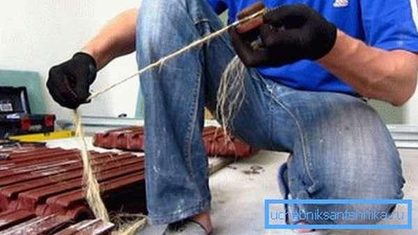Для дополнительной герметизации деталей используем волокно.