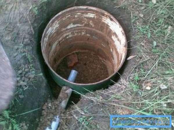Для дренирования сточных вод делаем простой септик из бочки.