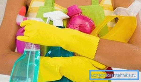 Для мытья душевой кабинки понадобится целый арсенал