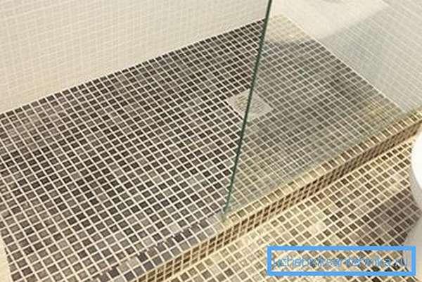 Для облицовки часто используют мозаику, так как с ней проще работать по наклонным граням.