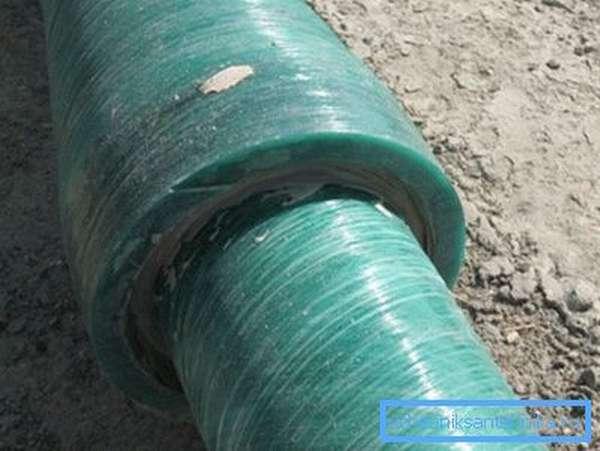 Для подземной укладки используются толстостенные трубы высокой жесткости.