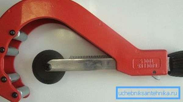 Для порезки труб лучше использовать специальный инструмент