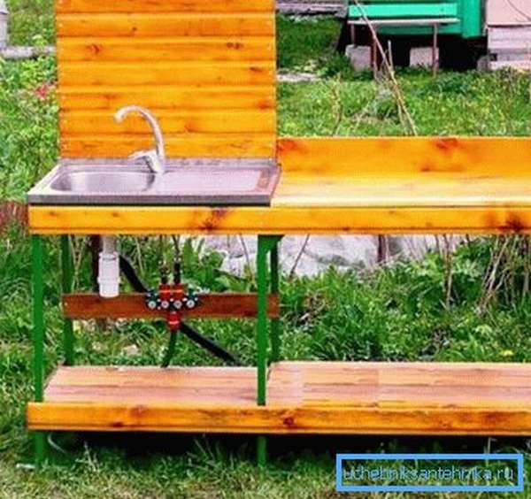 Для посуды на даче подходит комбинированный вариант из дерева и металлического каркаса