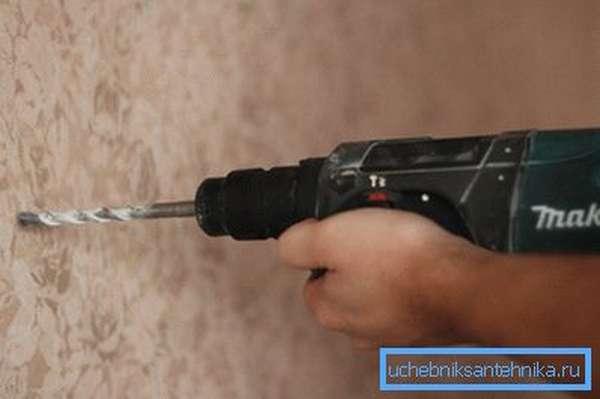 Для проделывания отверстий в стене лучше использовать перфоратор