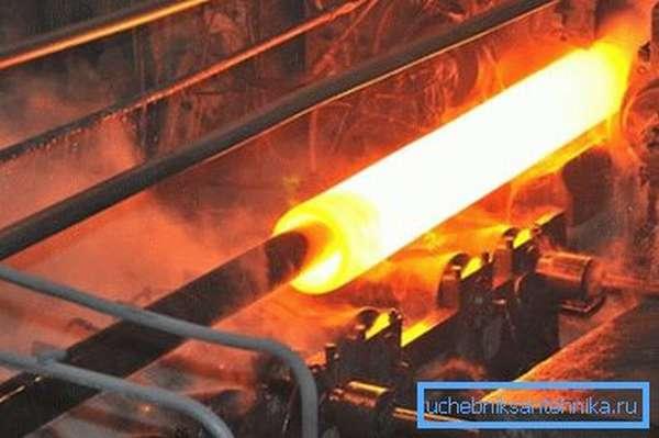 Для создания толстостенных изделий данного диаметра используется метод горячего катания металла, а значит, готовая продукция вообще не будет иметь швов