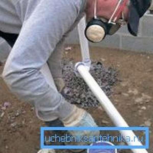Для стыковки труб может применяться клей