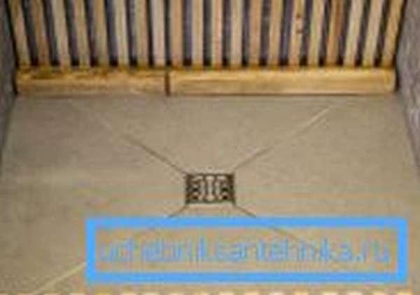 Для удобства и комфорта при использовании на загородных участках на поверхность часто укладываются деревянные мостки, в этом случае вам дополнительно понадобится антисептик для пола в душе – древесина нуждается в особой защите