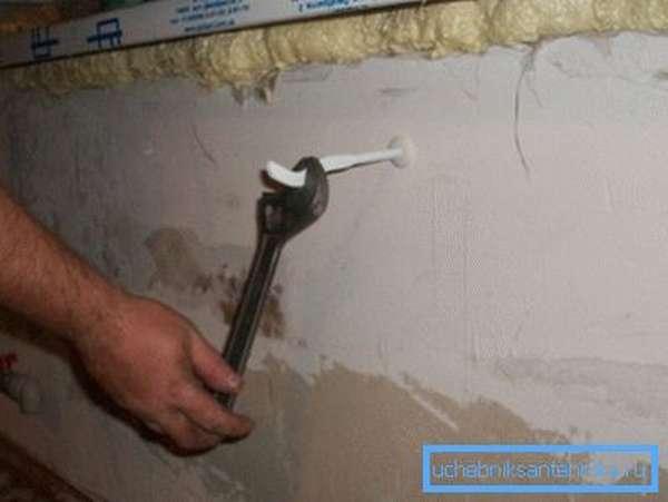 Для вкручивания кронштейна можно использовать разводной ключ.