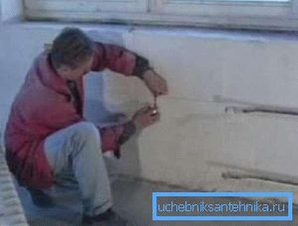 Для закрепления радиатора необходимо установить кронштейны