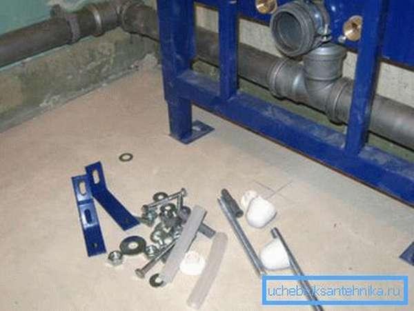 Для закрепления рамы на месте используется идущая в комплекте фурнитура