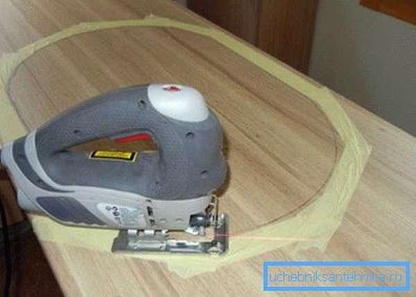 Для защиты поверхности наклеиваете малярный скотч