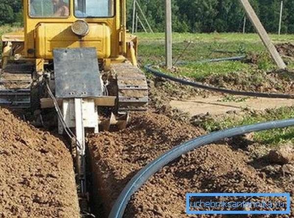 Домашний водопровод своими руками делают без применения подобной техники, так как она превратит участок в перепаханное поле.