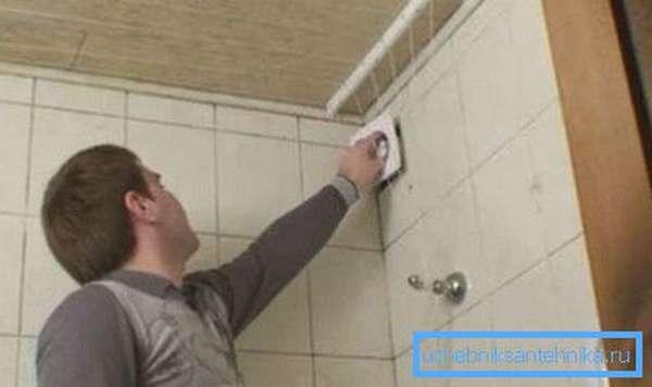 Дополнительная вентиляция поможет не только избавиться от влажности на сантехническом приборе, но и ускорит процесс выветривания в ванном помещении