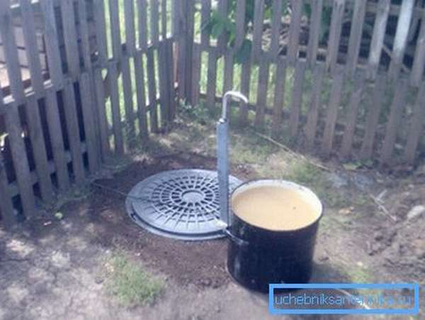 Довольно часто над скважиной выводят дополнительный кран, но такое стоит делать только тогда, когда перед ним установлен гидроаккумулятор