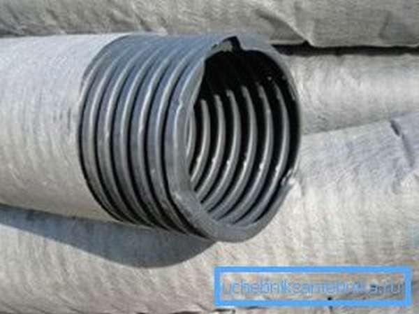 Дренажная гофрированная перфорированная труба с геотканью для отвода лишней влаги с участка