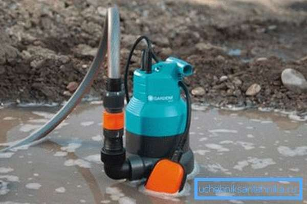 Дренажный насос способен справиться с сильно загрязненной водой.