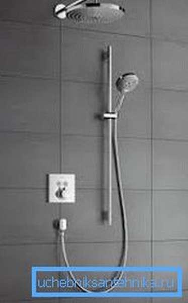 Душевая гарнитура с верхним душем, который выходит из стены или потолка, смотрится очень стильно и оригинально
