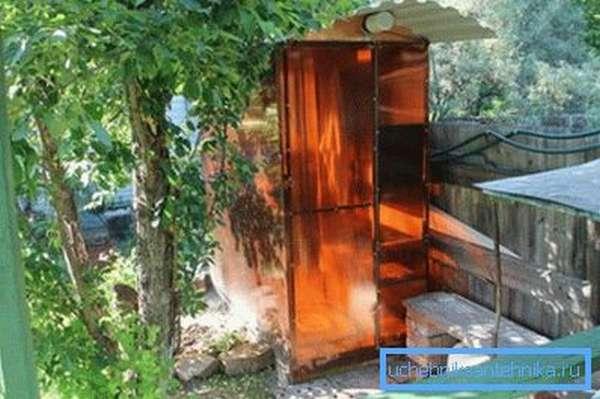 Душевая кабинка спряталась за деревом
