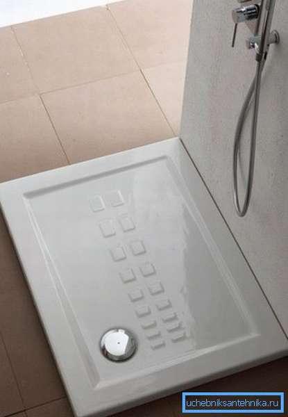 Душевой поддон 120 на 70 в интерьере ванной комнаты.