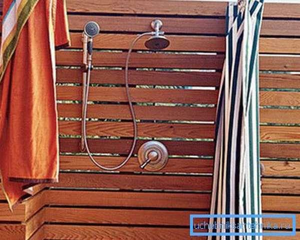 Душевые для дачи из дерева – прекрасный вариант для летнего отдыха.
