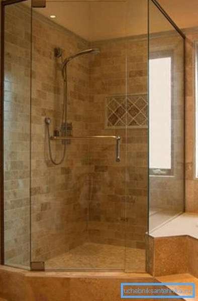Душевые уголки 120 на 120 см и более стоит монтировать только в просторных ванных комнатах