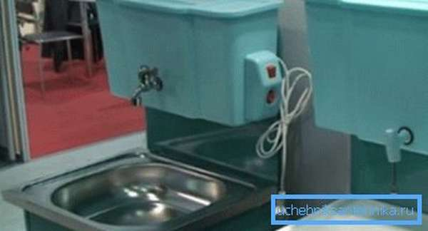 Две системы с разными методами подачи воды, которые имеют функции подогрева
