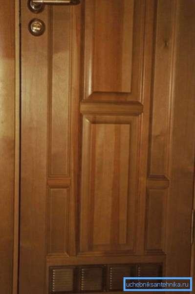 Дверь, оборудованная специальным приточным отверстием