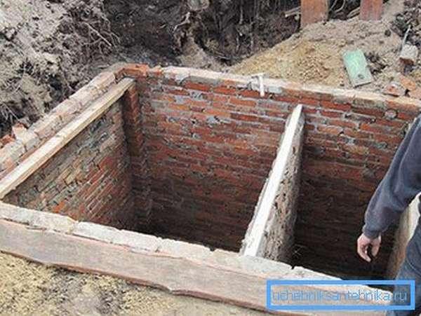 Двухсекционная выгребная яма из кирпича