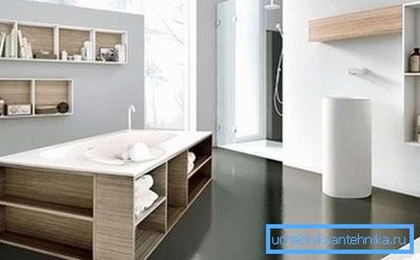 Экран с деревянными полочками под ванной