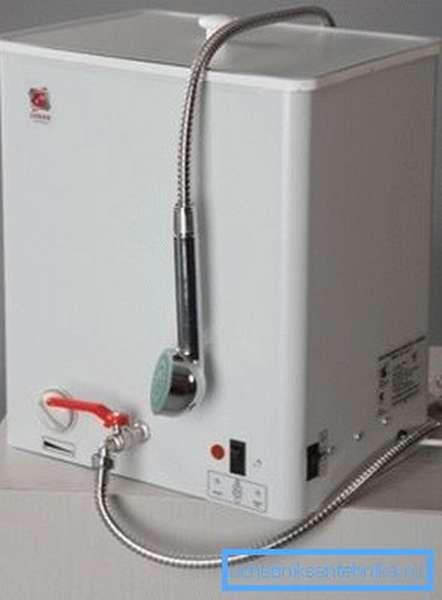 Электрический наливной водонагреватель для душа ЭВБО-20/1, 25-1 может работать как от сети, так и от встроенного аккумулятора