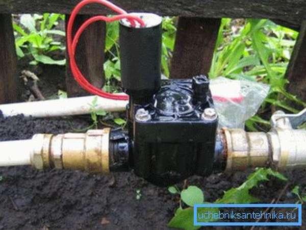 Электрический кран на улице на даче для автоматизации полива огорода