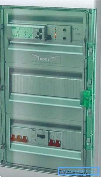 Элементы управления закрыты прозрачной пластиковой крышкой.