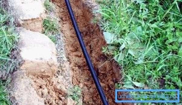 Если глубина траншеи под водопровод небольшая, то пользоваться ей в зимний период без специального подогревающего оборудования едва ли получится