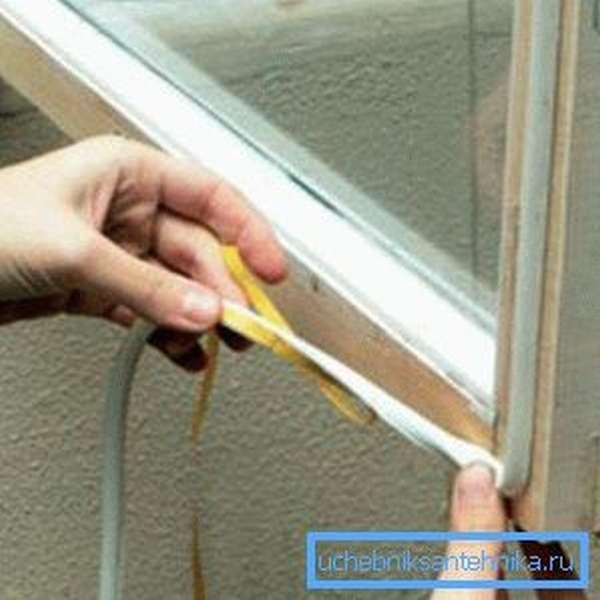 Если нет возможности заменить старые окна, то стоит произвести их дополнительное утепление и герметизацию