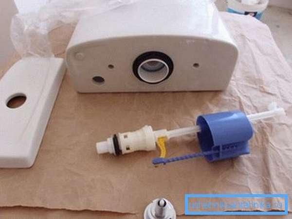 Если подтекает слив унитаза – проведите ремонт спускного механизма