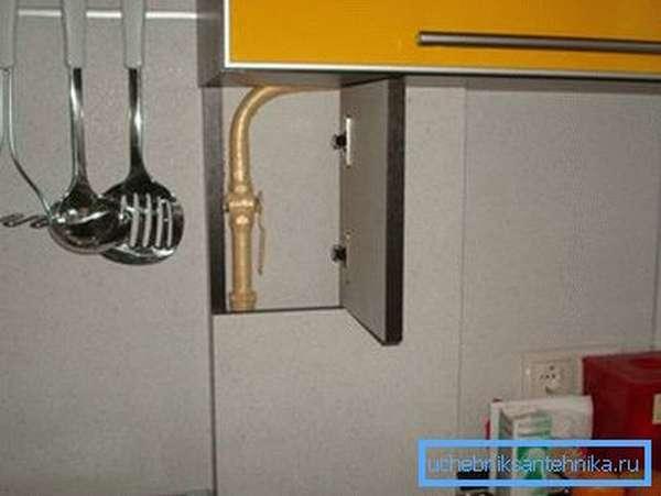 Если труба зашивается гипсокартоном или мебельным щитом, обязательно должна оборудоваться дверца в месте расположения крана, перекрывающего доступ газа