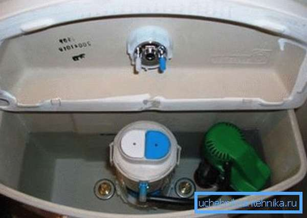 Если жидкости в баке мало –следует настроить поплавок.