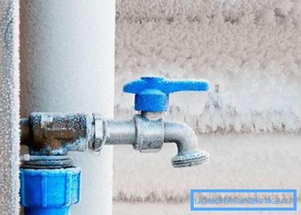Если зимой водопровод не используется, воду надо сливать