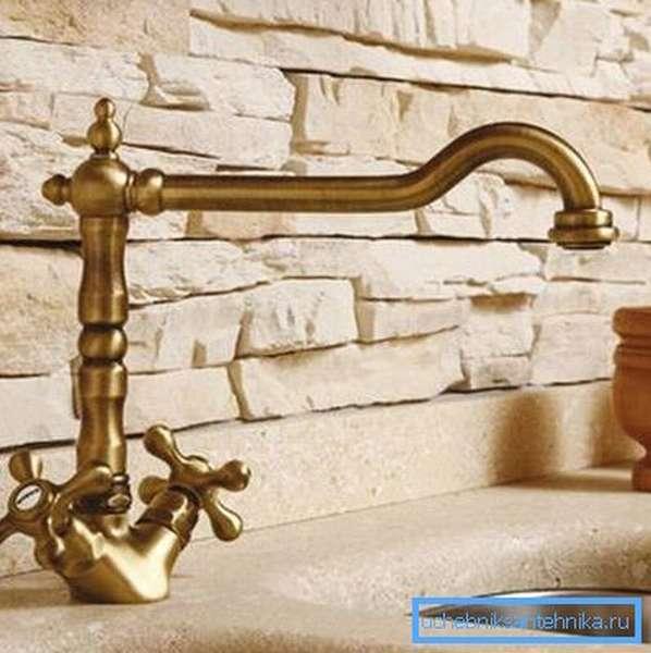 Эстетичный бронзовый кран в стиле ретро прекрасно сочетается с мойкой из искусственного камня
