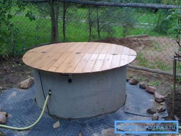 Эта крышка собрана из деревянной вагонки на каркасе из бруска.