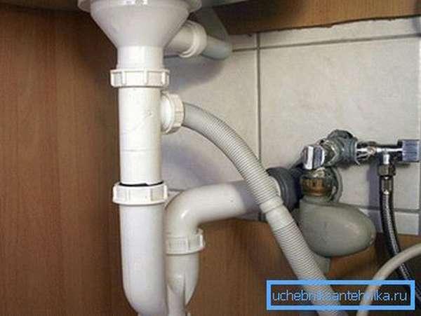 Это наиболее простая часть работы, так как слив из стиральной машины в канализацию монтируется дольше.