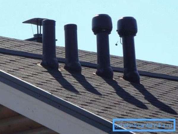 Фановые трубы на крыше.