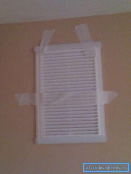 Фиксация решетки на стене с помощью малярного скотча подходит только для временного крепления, к примеру, чтобы наметить отверстия для сверления