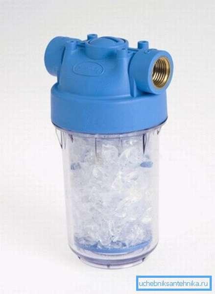 Фильтр для смягчения водопроводной воды заполняется частично растворимым реагентом, который можно досыпать по мере растворения
