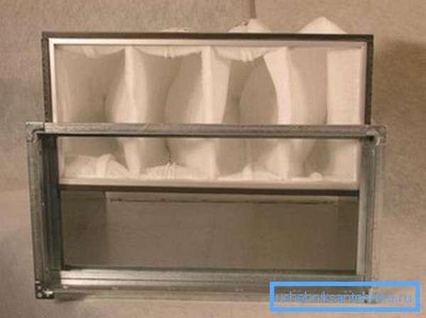 Фильтр вентиляционной системы требует периодической замены